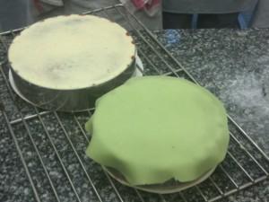 Remettre une fine couche de crème au dessus et couvrir d'un disque de pâte d'amande