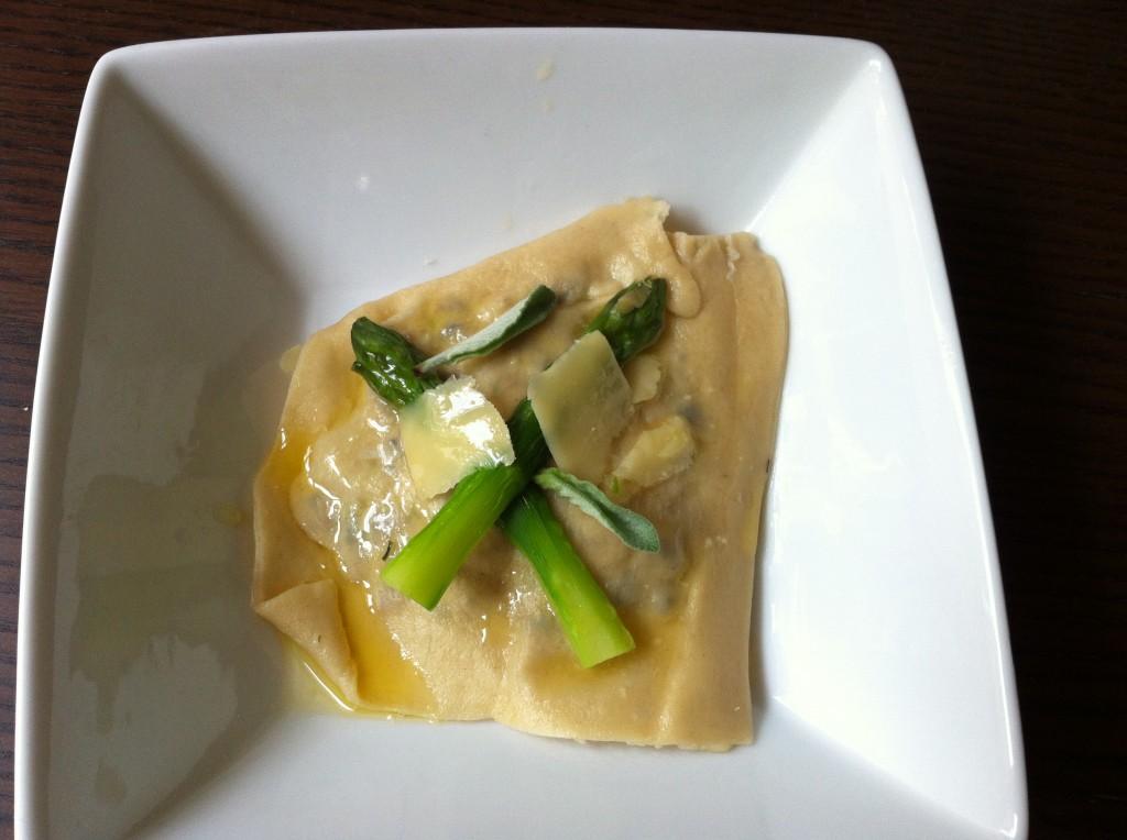 Recette Masterchef : Ravioles au jaune d'oeuf décoration parmesan et asperge, quand on coupe le jaune d'oeuf coule