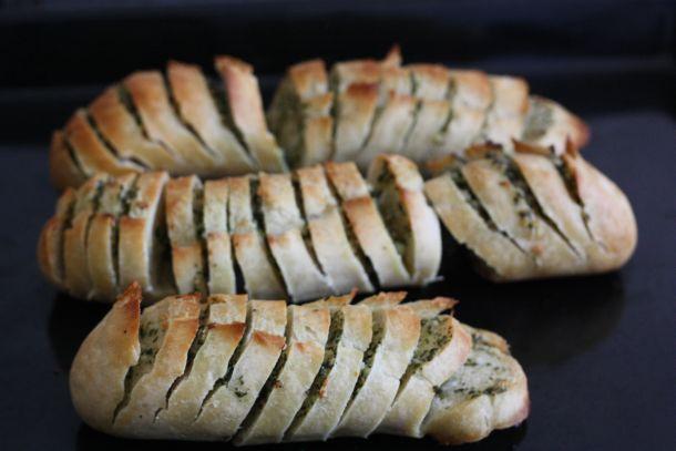 garlic bread pain l 39 ail recette de cuisine facile pain garni de beurre l 39 ail. Black Bedroom Furniture Sets. Home Design Ideas
