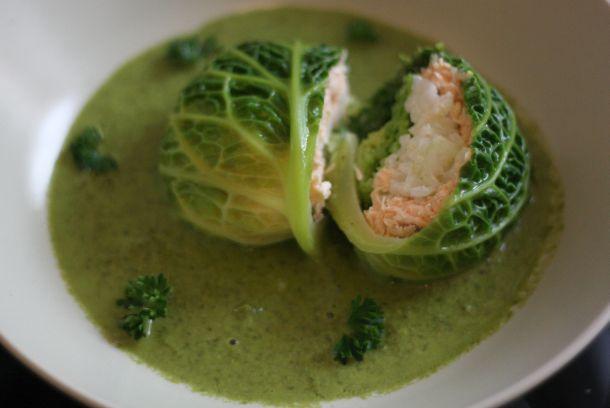 Vue en découpe du chou farci au saumon et au riz