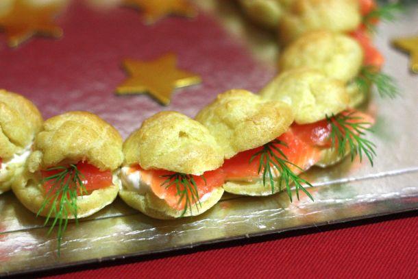 Choux garnis de saumon fumé et de crème au raifort