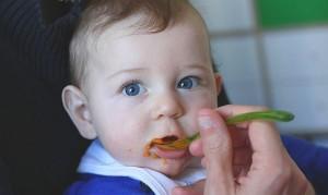 Hiiiii c'est le mien ce bébé là... en train de manger sa première purée de carottes !